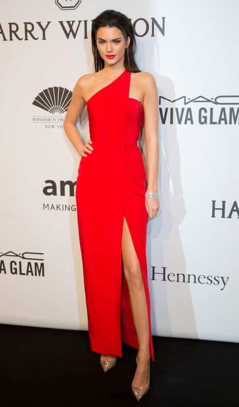 vestido rojo con zapatos dorados