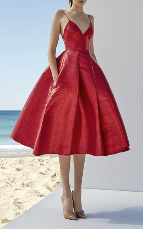 vestido rojo y zapatos nude