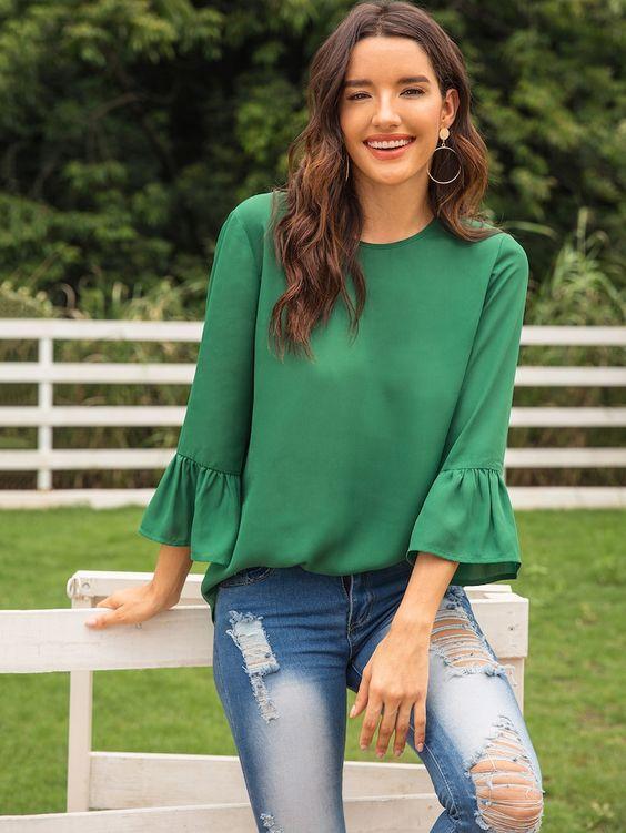 Outfits en jeans para navidad con blusa verde