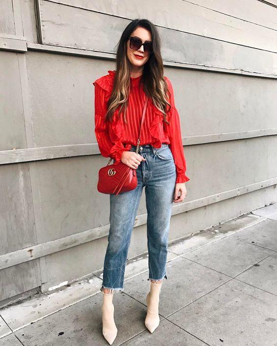 Outfits para navidad informal en jeans y blusa roja
