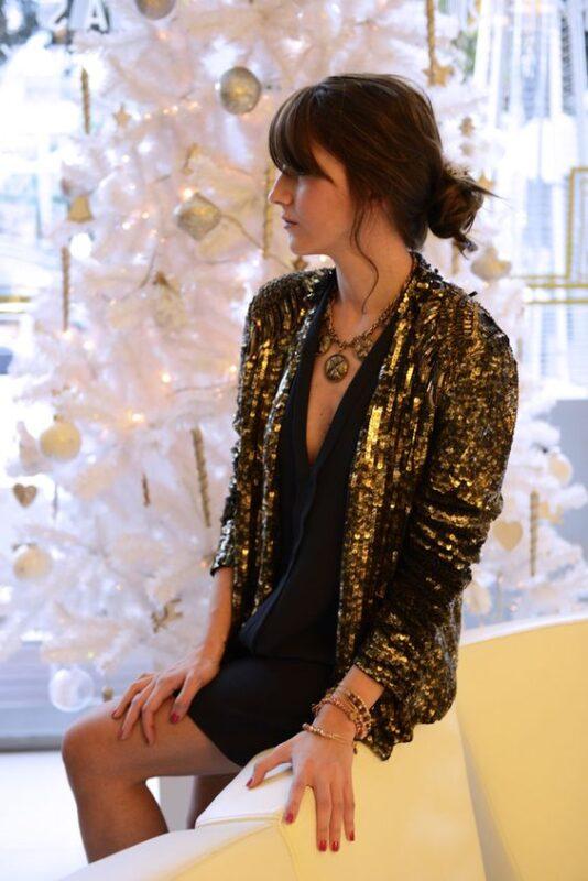 blazer de lentejuelas y vestido negro