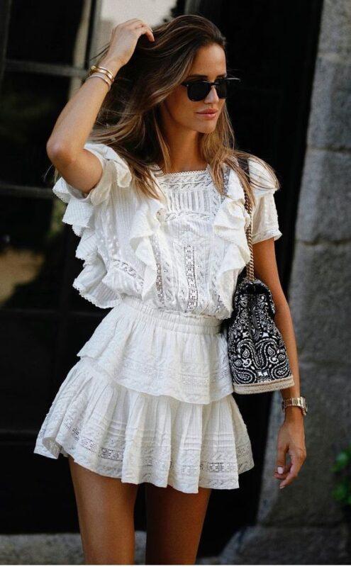 falda corta y blusa blanca