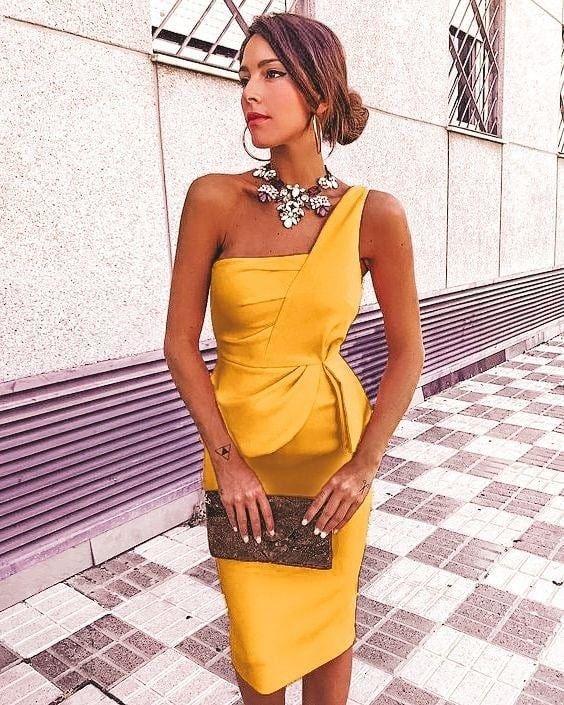 vestido amarillo con accesorios metalizados