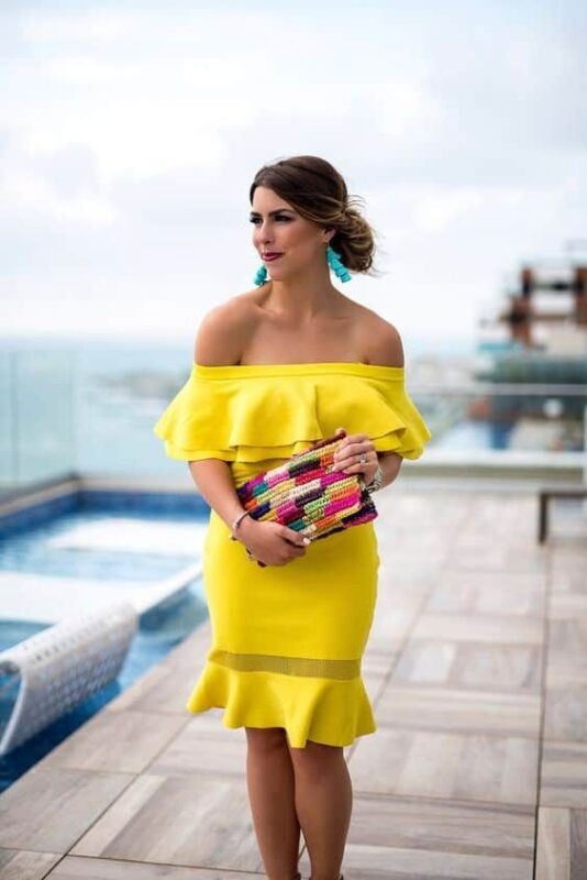 vestido amarillo con cartera de colores