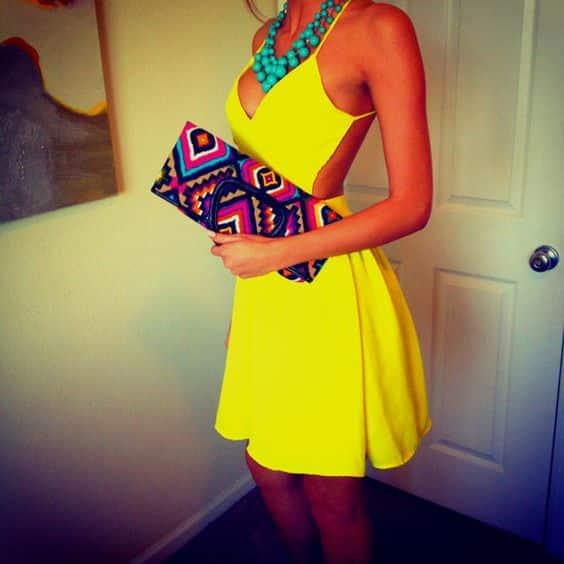 vestido amarillo con collar turquesa