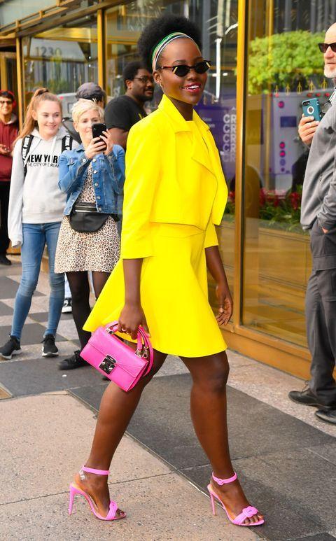 vestido amarillo con rosa