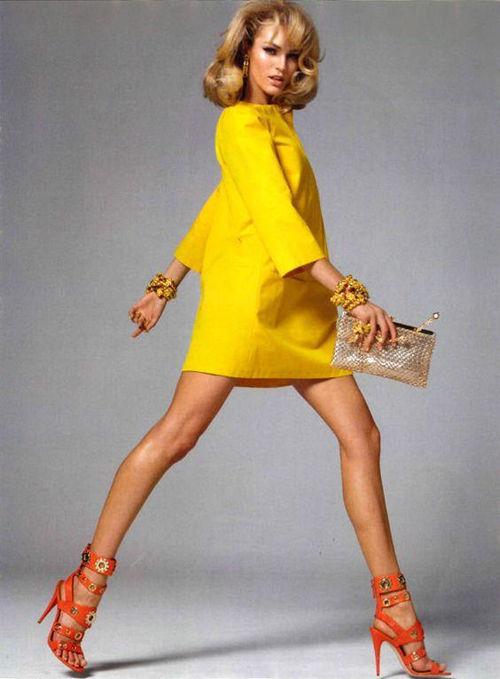 vestido amarillo con sandalias naranjas