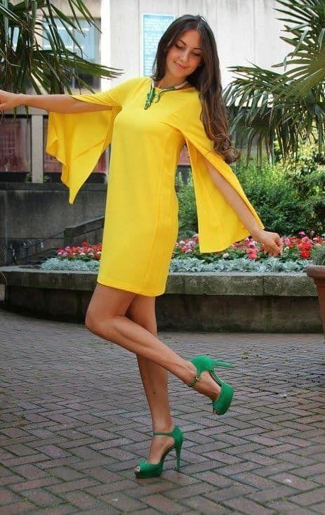 vestido amarillo con zapatos verdes