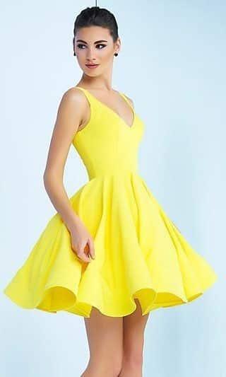 vestido amarillo para la noche con falda acampanada