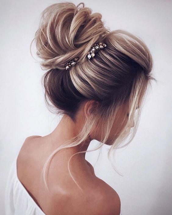 peinados recogidos altos con pelo largo y lacio para noche de fiestas