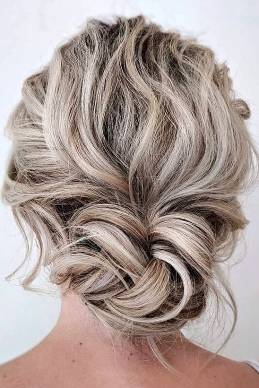 peinados recogidos bajo con pelo largo y ondulado para fiestas