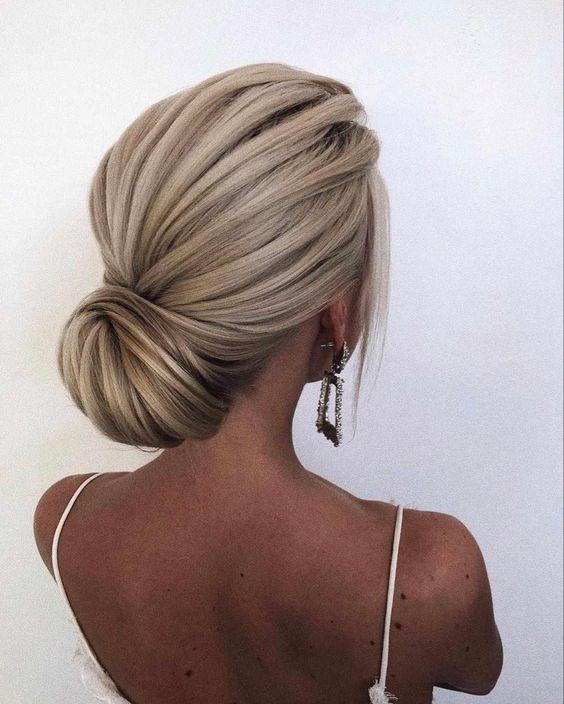 peinados recogidos bajos con pelo largo y lacio para fiestas