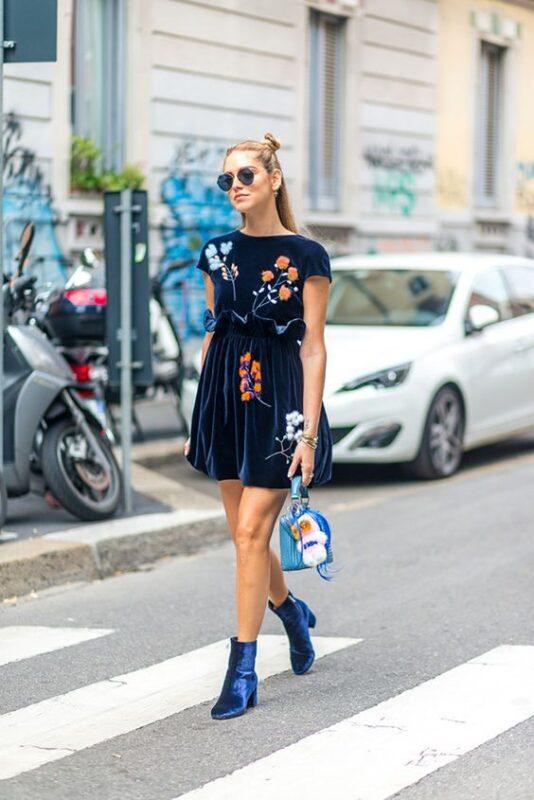 vestido y botas de terciopelo azul