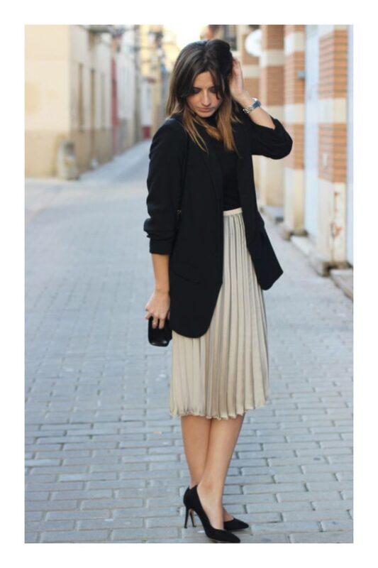falda plisada y blazer para ir a uncumple de noche