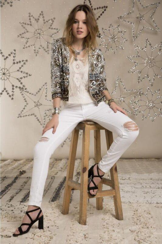 jeans y chaqueta de lentejuelas