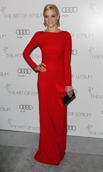 vestido largo rojo con mangas largas ajustada