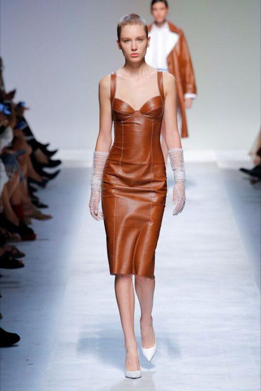 Outfit de noche vestido de cuero marron