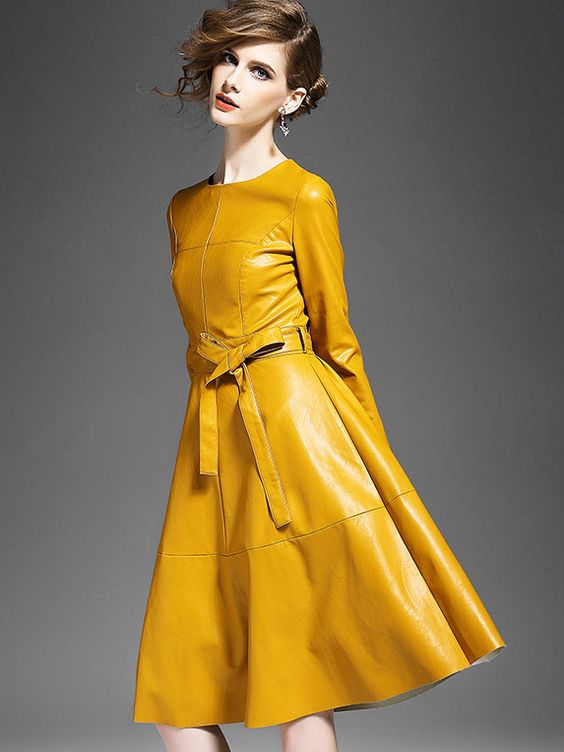 Outfit de noche vestido de cuero negro amarillo