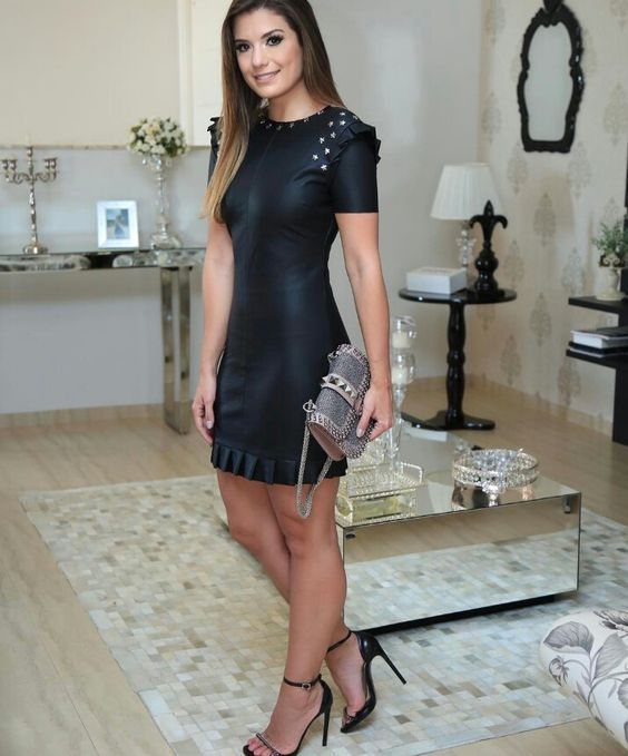 Outfit de noche vestido de cuero negro con tachas