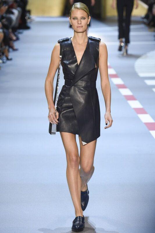 Outfit de noche vestido de cuero negro cruzado