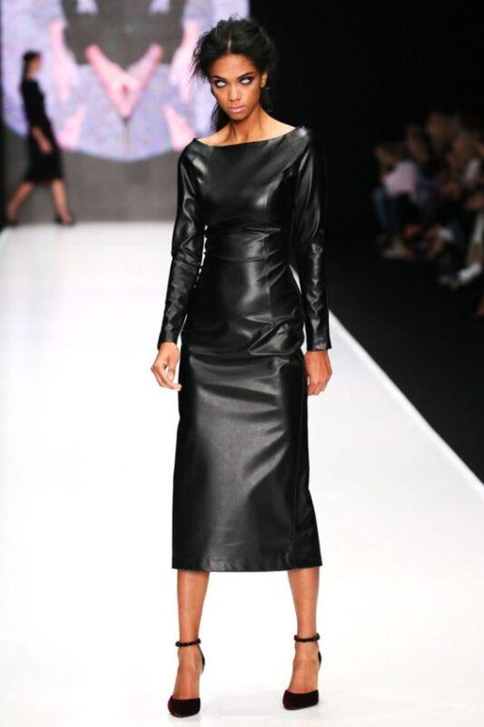Outfit de noche vestido de cuero negro largo con mangas