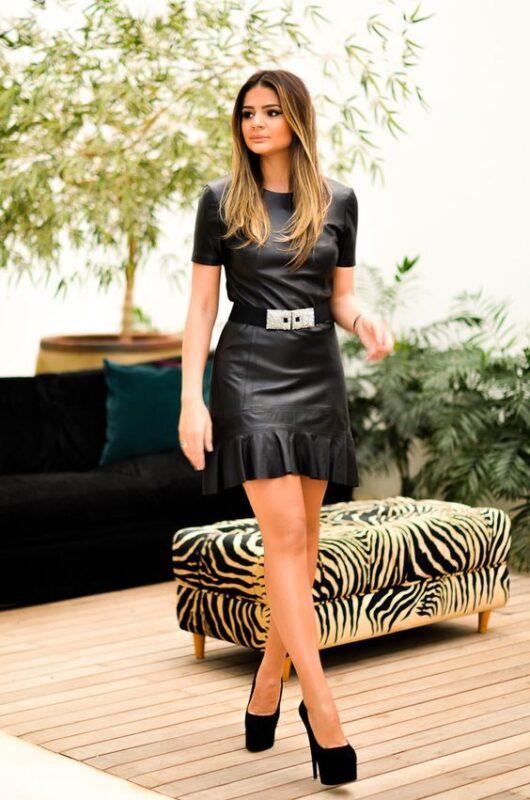 Vestido de cuero negro con mangas cortas