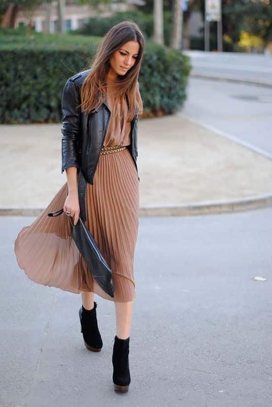 campera de cuero con vestido falda plisada