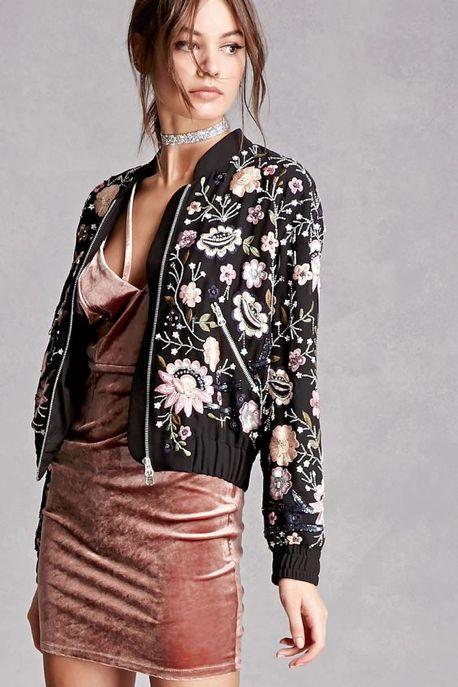 chaqueta bordada con vestido de noche