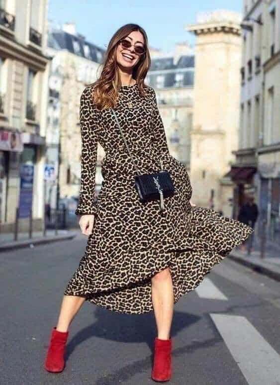 vestido leopardo con botitas rojas