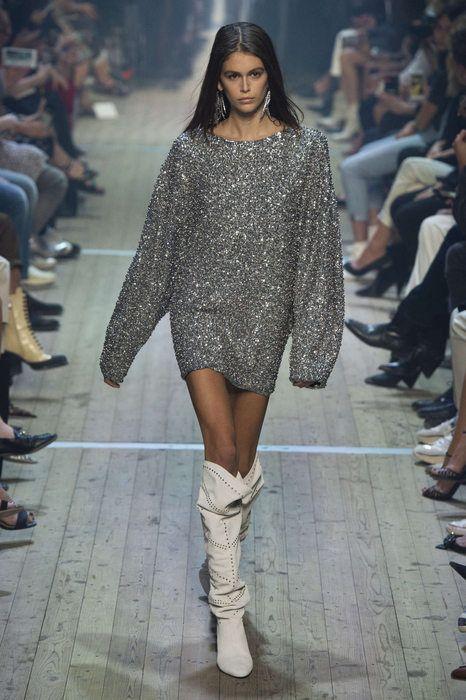 sweater vestido plateado con botas blancas