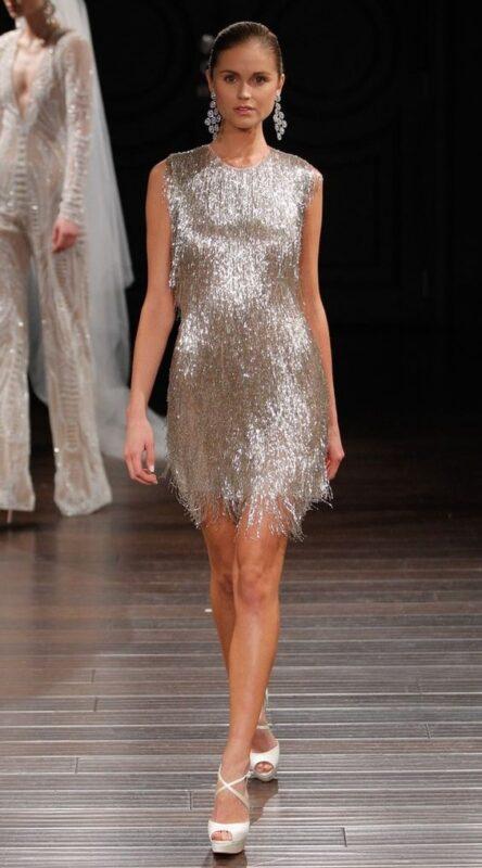 vestido corto con flecos plateados