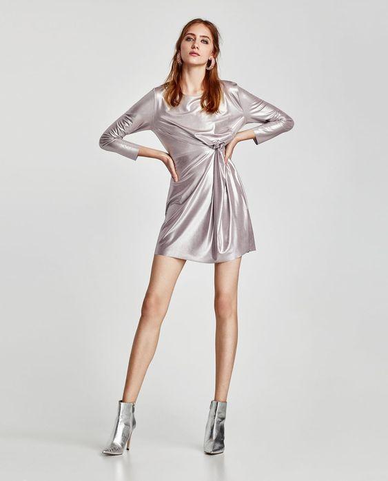 vestido engomado plateado y botinetas