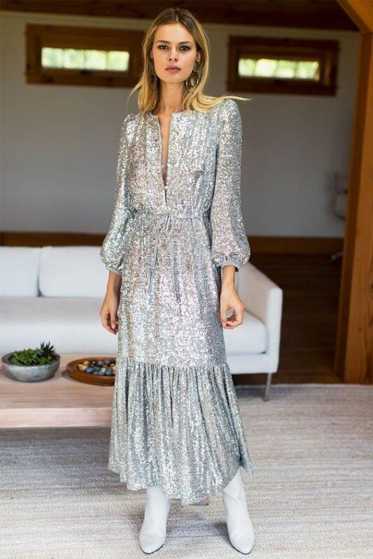 vestido largo plateado con botinetas 1