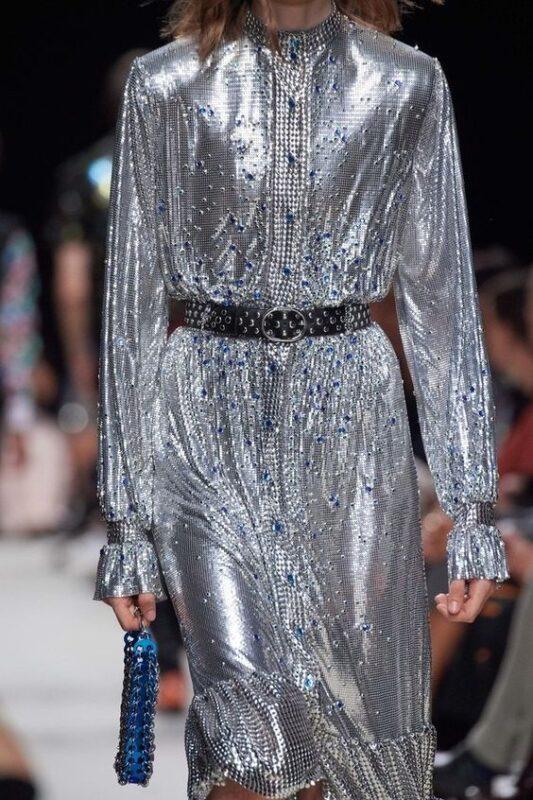 vestido plateado con cinto