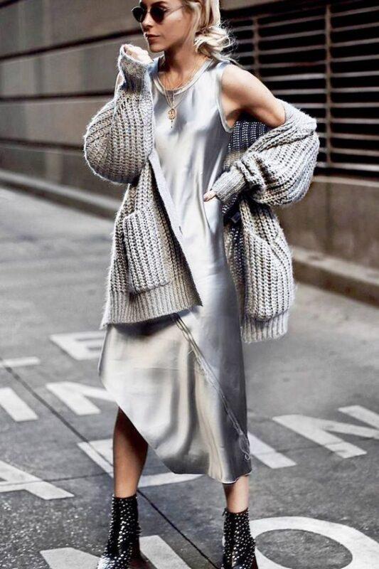 vestido plateado con saco tejido