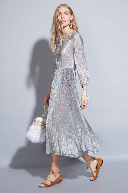 vestido plateado con sandalias planas