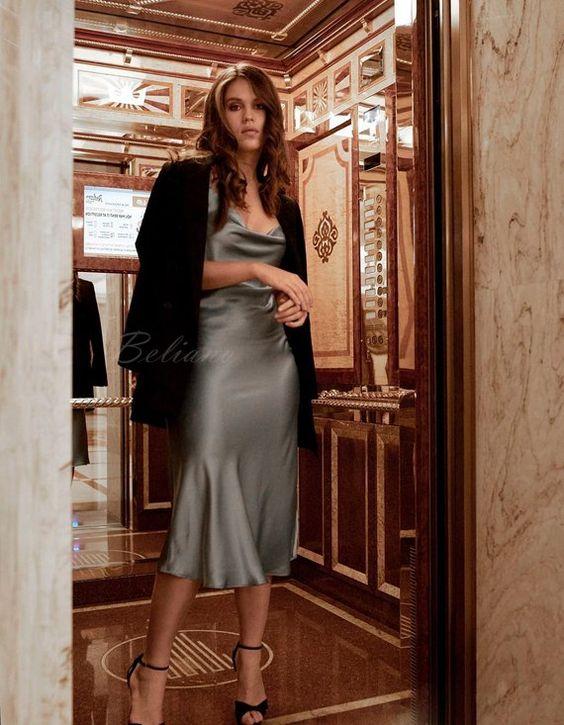 vestido plateado y blazer negro