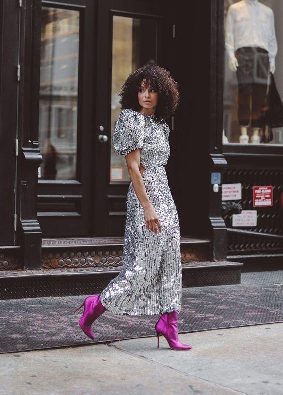 vestido plateado y botas violetas 1