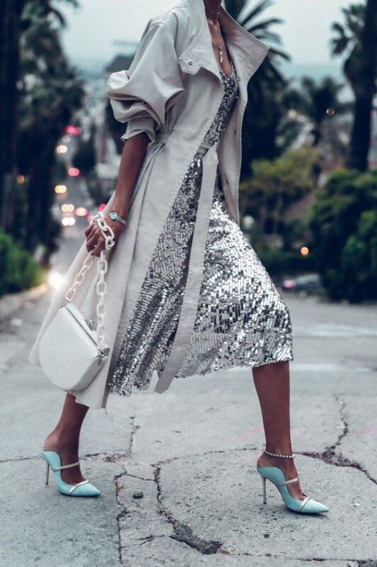 vestido plateado y trench gabardina 1