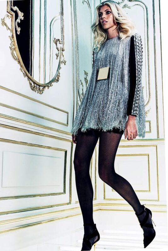 vestido plateado y zapatos de punta 1