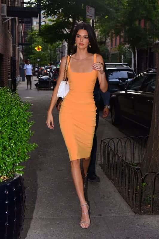 Vestido naranja ajustado