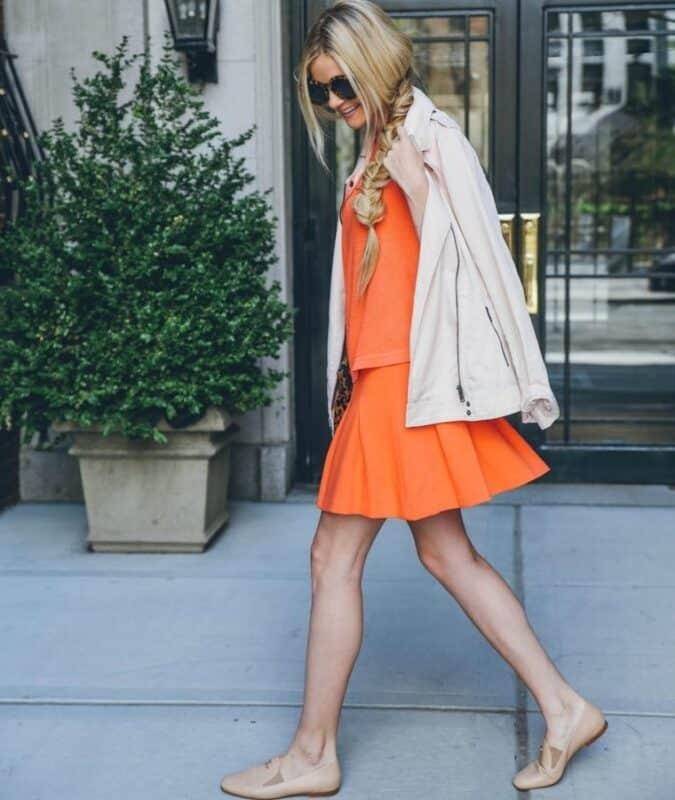 Vestido naranja con abrigo blanco