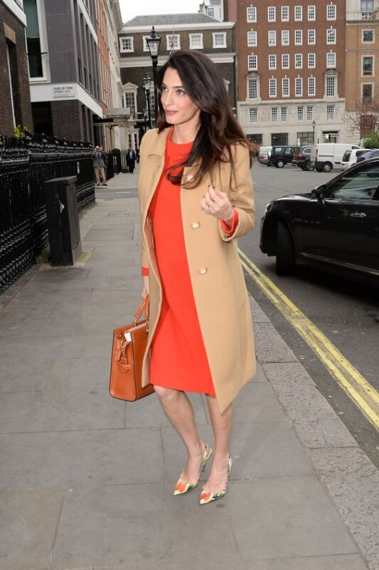 Vestido naranja con tapado beige