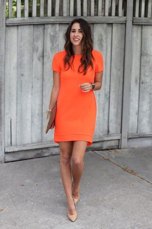 Vestido naranja corto con zapatos nude