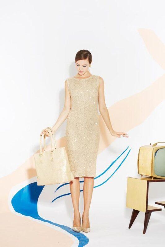 carteracon vestido dorado
