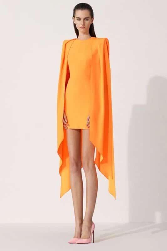 vestido ajustado naranja corto con capa
