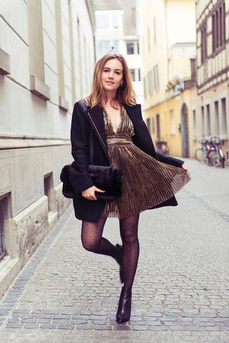 vestido dorado con blazer negro