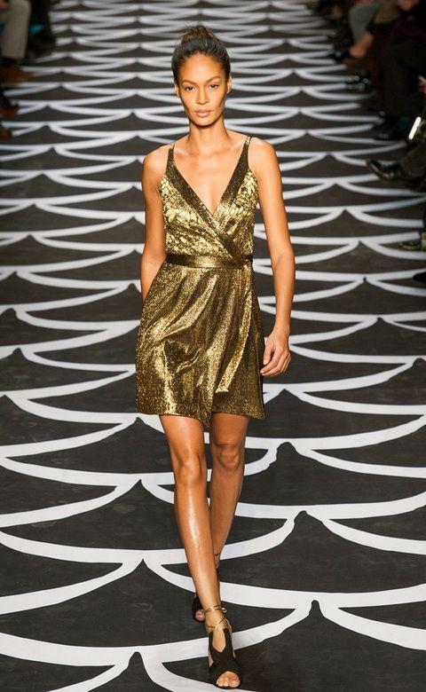 vestido dorado con candalias negras