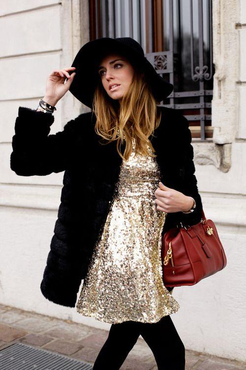 vestido dorado con saco de piel negro