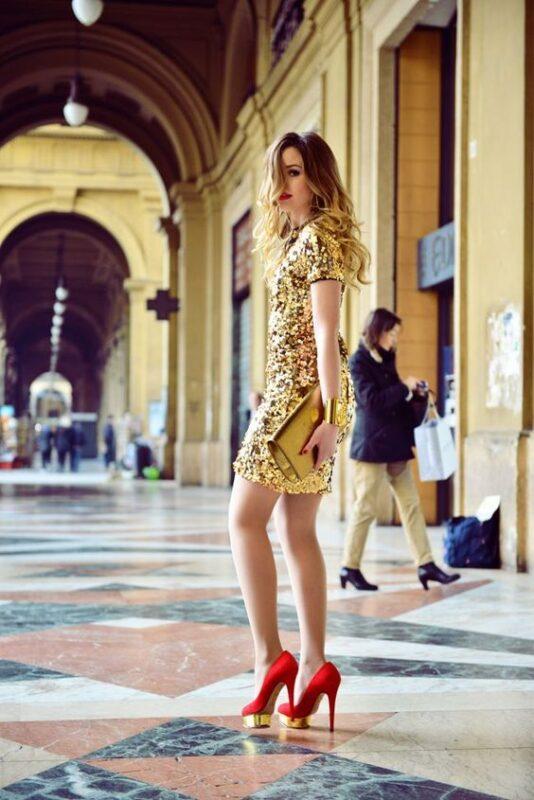 vestido dorado con zapato rojos